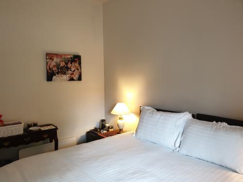 Twin room-Comfort-Ensuite with Shower-Courtyard view