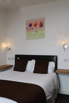 Family-Ensuite - 2 Adults & 1 Child (Under 15 years)