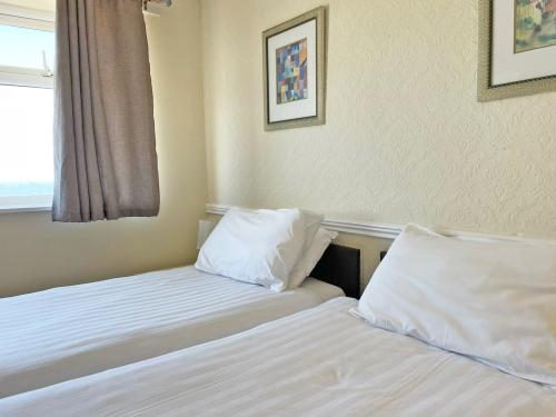 Twin room-Ensuite with Shower-Courtyard view - Base Rate Room Only