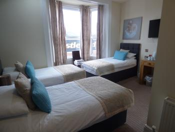 Triple room-Ensuite-LARGE WITH 2 OR 3 BED - Base Rate