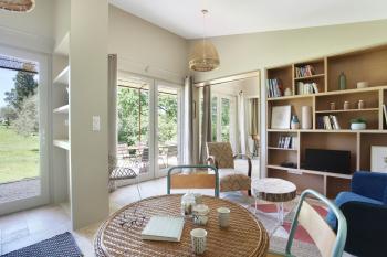 Le salon et sa table de salle à manger