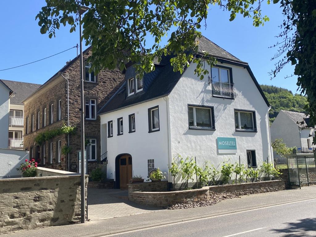 Vorderansicht MOSELTEL ERNST/COCHEM: Vorderhaus, Frühstücksraum und Café VINO und Gästehaus.