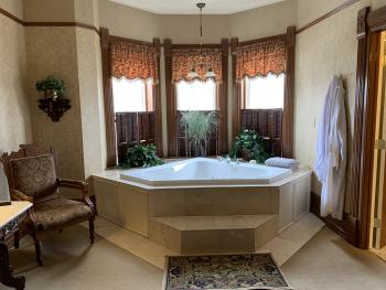 Relax in the jaccuzzi in the Judge Coulter Suite!