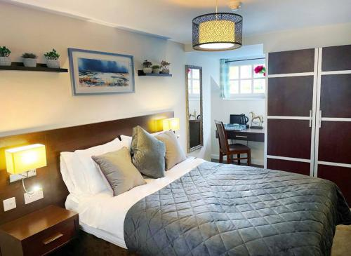 Double room-Deluxe-Ensuite with Shower-Street View-Deluxe Room