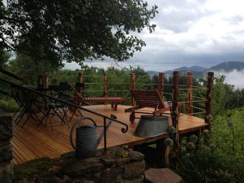La superbe terrasse en bois plongeant plein sud sur la nature (vue exceptionnelle)