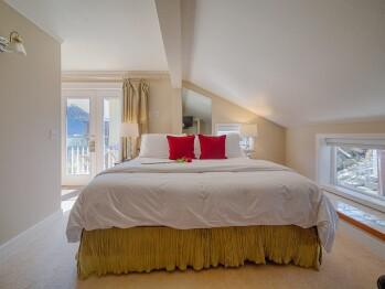 King-Ensuite-Standard-Mountain View-Villa King Room
