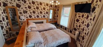Large Twin Ensuite with Comfy Chairs & Fridge
