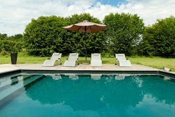 Bains de soleil  à disposition autour de la piscine
