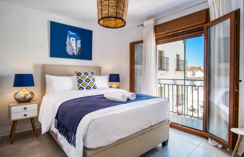 Deluxe Double Room- Balcony- Ensuite with shower-street View
