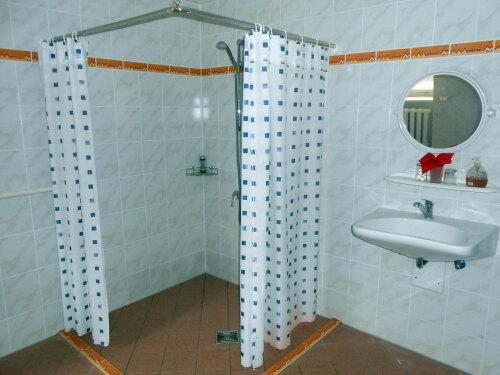 Vierbettzimmer-barrierefreies Badezimmer-Blick auf den Wald-barrierefreies Zimmer - Basistarif