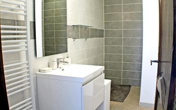 Salle de douche à l'italienne entre les 2 chambres