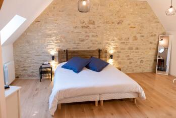 La chambre n°2 possède un lit de 180 x 200 cm - La Grange - Bruyères-et-montberault