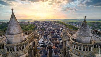 Accédez au point culminant de Laon en grimpant les 209 marches de la tour de la cathédrale, une vue à couper le souffle - La Grange - Bruyères-et-montberault