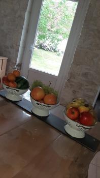 La table & ses fruits, avec vue sur la grange