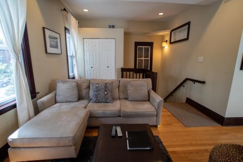 East Roscoe #2-Apartment-Private Bathroom-Standard