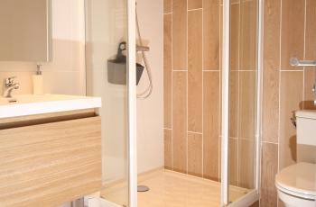La Terrasse, salle de douche et toilettes