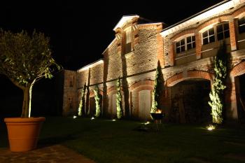 La cour du Manoir des CHAMBRES D'HÔTES la nuit