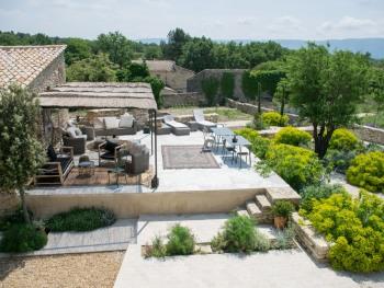 Vue de la chambre sur la terrasse et le jardin