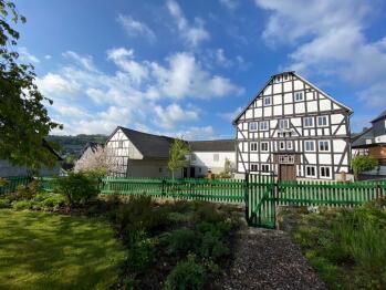 Blick auf den Hof Hallenberg vom Garten aus