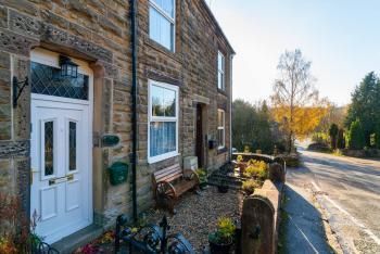 Waters Reach Holiday Cottage - The exterior of the cottage and the lane leading to the canal basin