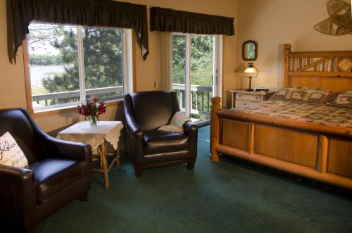 King-Ensuite with Shower-Deluxe-Lake View-North Woods - Base Rate