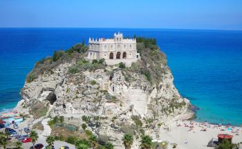 Felsenkirche Tropea am Strand und Meer © Ferienwohnung Casa Belle Vacanze
