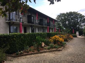 Résidence avec 4 appartements et 8 studios