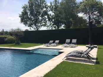 piscine et transats