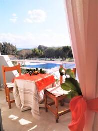 Balkon mit Meer-, Garten- und Poolblick
