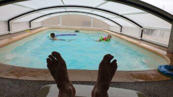 Pied en éventail dans la piscine couverte