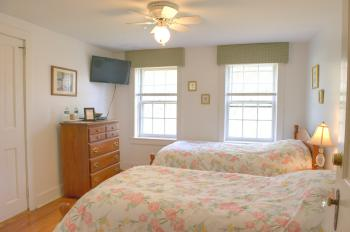 C7 Carriage House -2 Twin-Twin room-Shared Bathroom-Superior-Countryside view - Base Rate