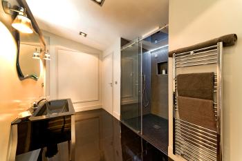 Salle de bain glamour, douche italienne en mosaïques
