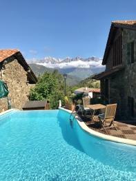 Piscina desbordante con vistas a los Picos de Europa