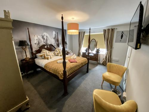 Queen-Deluxe-Ensuite with Shower-Queen Four Poster Bed - Base Rate