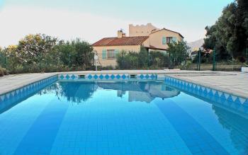 Vue grande piscine partagée avec les 2 gîtes séparés