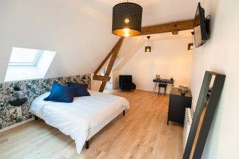 La chambre n°1 est a plus spacieuse, un lit confortable en 160 x 200 cm et un espace bureau - La Grange - Bruyères-et-montberault