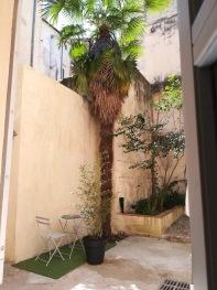 Vue sur cour extérieure terrasse, cour en copropriété avec une locataire discrète
