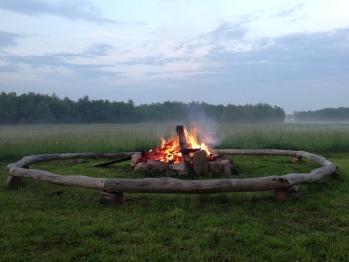 Lagerfeuerstelle mit Blick auf die Heide