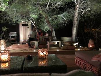 La terrasse la nuit avec sa douche extérieure