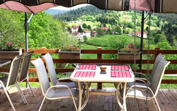 Table avec vue sur le village