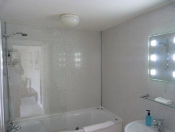 Rm 3 en suite with jet spa bath