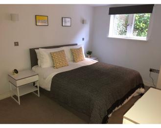 Cosy Bedroom with King-Size Bed (or 2 Single Beds)