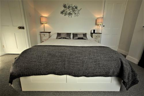 King size bedroom Arthouse with en-suite shower room