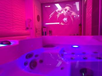 Les bains Lounge  Spa privatif avec  vidéo projecteur