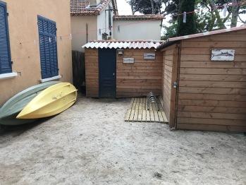 Le jardin à l'arrière avec ses deux kayaks