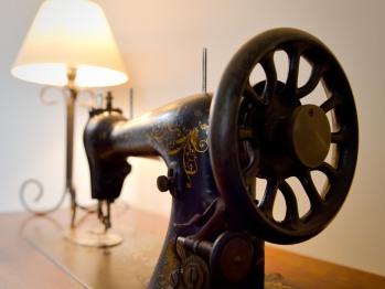 une jolie et ancienne machine à coudre en décoration