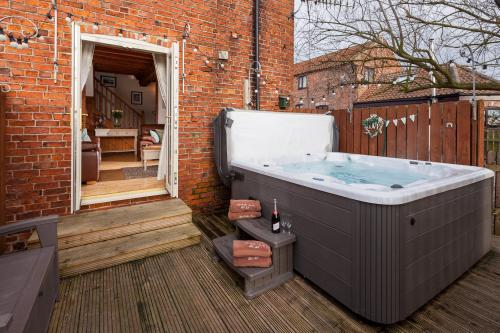 Cottage-Family-Private Bathroom-Garden View-No 8 The Granary  - Base Rate