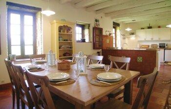 Cuisine américaine / salle à manger dans une petite maison attenante