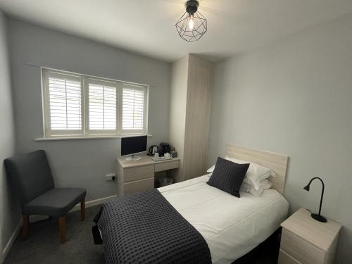 Single room-Standard-Ensuite with Shower - Base Rate