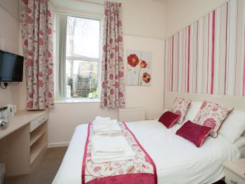 Room 3 is on the ground floor and is a lovely double room with en-suite 6
